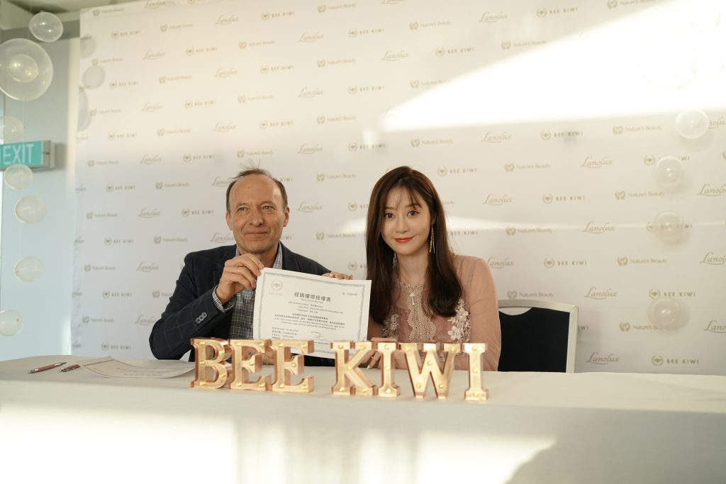 bee kiwi event with influencer