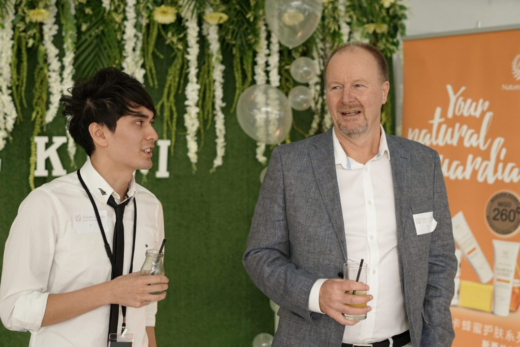 bee kiwi event two guests