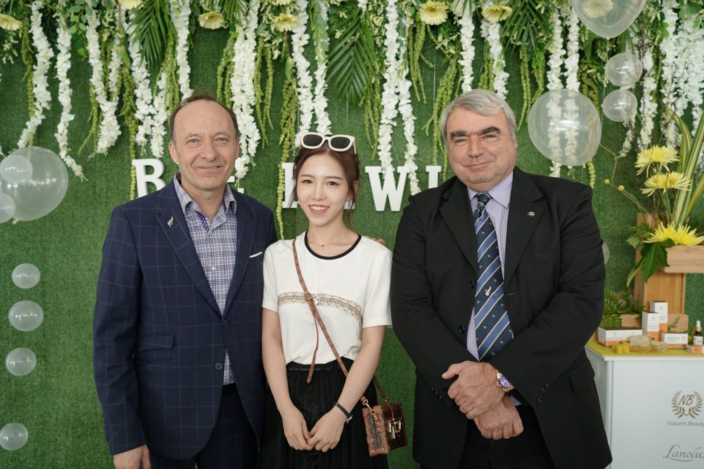 bee kiwi event ceo with influencer